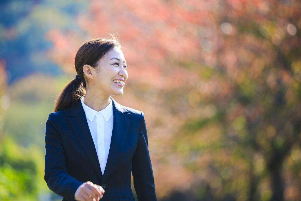 笑顔の働く女性